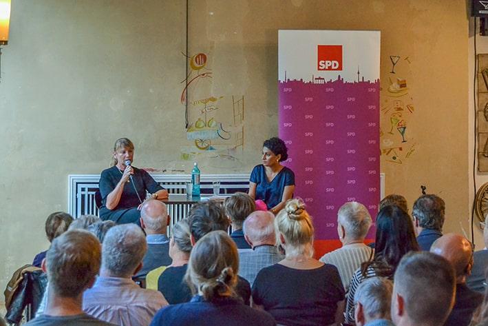 """Integriert doch erst mal uns"" - Diskussion mit Staatsministerin Petra Köpping (links)"