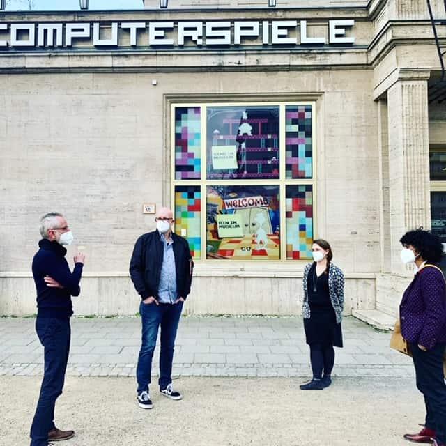 Gespräch vor dem Computerspielemuseum