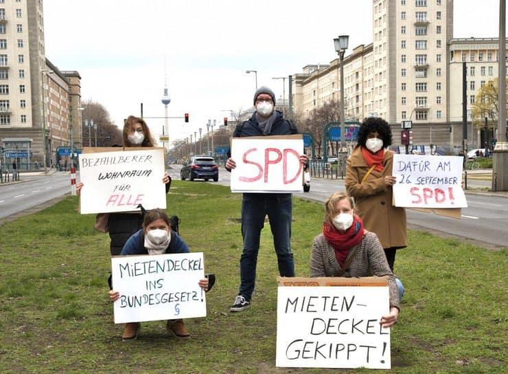 Plakataktion am Frankfurter Tor